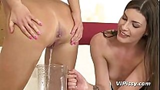 Pissing contest for hawt lesbo hotties