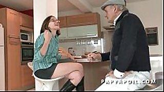 Papy baise une jeune et jolie black brown etudiante