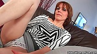 Mature mama widens her hairy and wet juicy crack