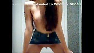 Novinha dançando funk de saia jeans e sem calci...